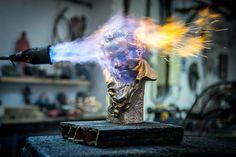 Los artesanos hacen los galardones para la 30ª edición de los Premios Goya que se celebraron en febrero.