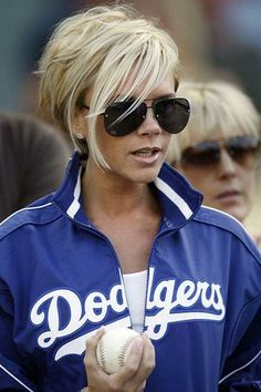 British fashion icon Victoria Beckham is known for her interesting hairstyles. Let's have a look at these 15 Victoria Beckham Short Blonde Hair. Stylish Short Haircuts, Short Blonde Haircuts, Blonde Bob Hairstyles, 2015 Hairstyles, Short Hairstyles For Women, Chic Short Hair, Short Hair Cuts, Short Hair Styles, Short Pixie