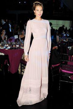 Jessica Hart con un vestido de inspiración romántica en rosa claro, manga larga y detalles de encaje.