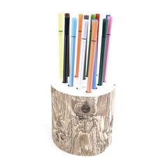 Een stoere pennenbak van boomstam en hoogglans wit! Leuk voor op de kinder tekentafel of op je eigen bureau. De boomstam pennenbak homemade van Kamer26.