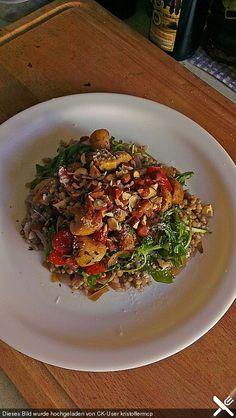 """Buchweizen """"Risotto"""" mit Rucola und Zwiebel-Champignon-Gemüse,"""