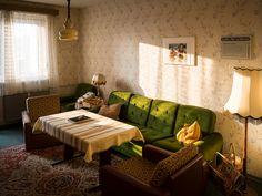 """Het oosten van Berlijn grotendeels gekenmerkt door """"Plattenbau"""". Deze verzameling aan hoge flats, met veel ruimte en groen ertussen, moest ervoor zorgen dat veel inwoners van de DDR snel een moderne woning in een kindvriendelijke omgeving konden betrekken. In hoog tempo werden de flats uit de grond gestamd, velen hadden hetzelfde model. Het woningtype WBS … Fotojournalismus, Vintage Interiors, Retro Home, Interiores Design, Interior And Exterior, Sweet Home, Room Decor, Indoor, Living Room"""