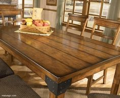 Mesa de madera de comedor con herrajes