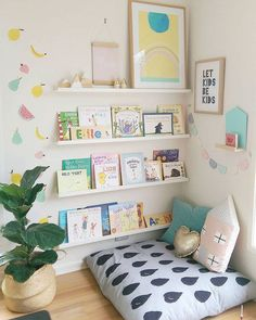 Reading corner in the nursery set up with seat cushions Bookshelf .- Leseecke im Kinderzimmer einrichten mit Sitzkissen Bücherregal Fotoleisten Reading corner in the nursery set up with a seat cushion Bookshelf Photo boards -