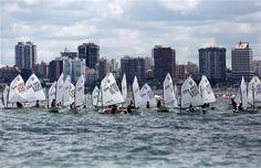 Timoneles desde los seis años disfrutan de la gran fiesta de la náutica  Ayer compitieron los pequeños navegantes de categoría Optimist en la zona del puerto de Mar del Plata.Foto:LA NACION/Mauro V. Rizzi