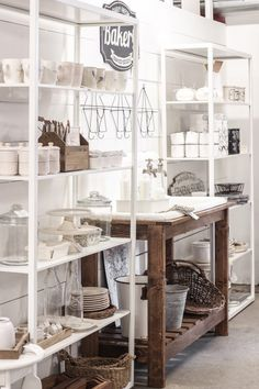 Recamier: know what it is and how to use it in decoration with 60 ideas - Home Fashion Trend Boutique Interior, A Boutique, Fresh Farmhouse, Country Farmhouse Decor, Vintage Farmhouse, Casa Magnolia, Kitchen Display, Diy Kitchen, Kitchen Ideas