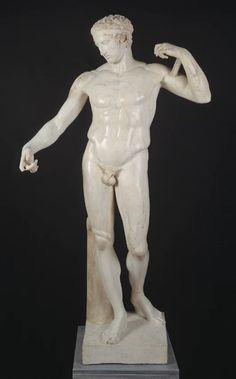 """¿Sabías que """"Diadúmeno"""" significa """"el que se ciñe la cinta alrededor""""? Originariamente, la escultura presentaba la actitud de atarse la diadema a la cabeza con los dos brazos hacia arriba. En el siglo XVII fue adquirida por la reina Cristina de Suecia, quien encargó la restauración en la que se modificó el brazo derecho de la estatua hacia abajo. https://www.museodelprado.es/coleccion/galeria-on-line/galeria-on-line/obra/diadumeno/"""