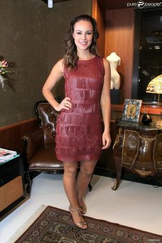 Para a inauguração de um salão de beleza, Paolla Oliveira optou por um vestido de couro com recortes a laser, que combinou com sandálias douradas