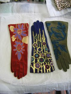 Gallery of Gorgeous Gloves by John Koch - Threads View some of John Koch's amazing custom-made gloves in this inspiration gallery. 1940s Fashion, Diy Fashion, Fashion Trends, Mitten Gloves, Mittens, Caroline Reboux, Elegant Gloves, Snowboard Girl, Girls Football Boots