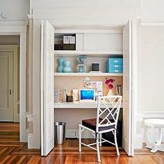 Faire son bureau dans un placard ou dans une armoire pour gagner de l'espace et camoufler le désordre en un tour de main.
