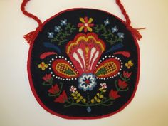 Greta väska/kudde Chain Stitch Embroidery, Wool Embroidery, Learn Embroidery, Wool Applique, Embroidery Stitches, Embroidery Patterns, Scandinavian Embroidery, Hungarian Embroidery, Stitch Head