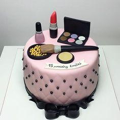 Tort z kosmetykami 💄💋💋 #tort #torty #torturodzinowy #tortypasłęk #paslek #pasłęk #tortzkosmetykami #kosmetyki #beauty #ciastapaslek #sweet #cookiemaster #birthdaycake #birthdayparty #mgotuje #dorosioweranty Starbucks Birthday Party, Diva Birthday Parties, Birthday Party Decorations Diy, Cake Decorating Designs, Cake Decorating With Fondant, Cake Designs, Makeup Birthday Cakes, Cute Birthday Cakes, Fondant Cakes