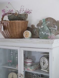 Tour a charming cottage full of ideas for decorating your home. Lots of vintage items and styles include French farmhouse, shabby chic, romantic and cottage. Decor, Cottage Style Decor, Farmhouse Decor, Country Style Decor, Kitchen Vignettes, Beautiful Homes, House Tours, Seaside Cottage Style, Vintage Decor