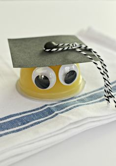 Create these little grads using apple sauce, pudding or fruit cups. So cute for your elementary kids graduations. Kindergarten Graduation Gift, 5th Grade Graduation, Graduation Crafts, Graduation Food, Pre School Graduation Ideas, End Of School Year, School Fun, End Of Year, Fruit Cups