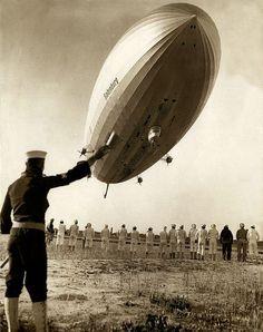 Marinier groet een vriend aan boord van de zeppelin / A marine waving at a friend on board of a zeppelin