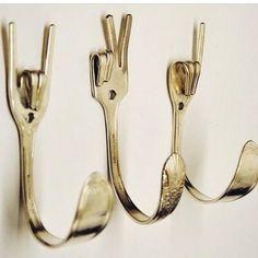 Aqueles garfos e colheres antigos, que você já não usa mais, podem se transformar num suporte para toalhas, ou roupas bem original, ou até mesmo um puxador de porta ou suporte para velas. Com um bo...
