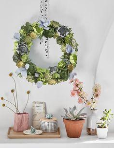 Faire une couronne de succulentes en papier découpé! Diy Flowers, Paper Flowers, Diy Paper, Paper Crafts, Fleurs Diy, Diy Origami, Outside Wedding, Door Wreaths, Christmas Crafts