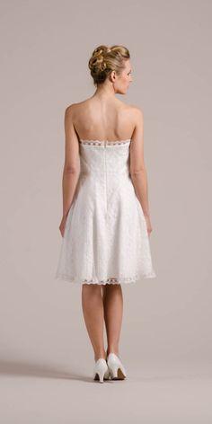 Kelly, unser Brautkleid im 50er Jahre Stil, kann sich aber auch von hinten und ganz clean im Studio sehen lassen, oder?