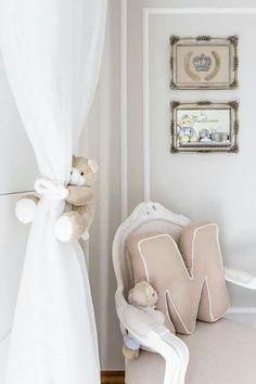 Cantinho quarto: cortina voil com prendedor fofo de urso. Cadeira Luís XV. Almofada monograma bebê. Quarto prateados para bebê.
