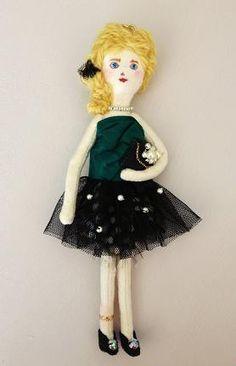 チュチュスタイルの女の子のブローチ兼チャームです。お洋服は深いグリーンのシルクのビスチェにパールやリボンのついたチュールスカート。ビスチェにも大きなリボンをあ...|ハンドメイド、手作り、手仕事品の通販・販売・購入ならCreema。