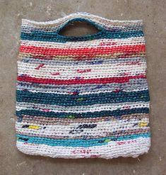 My grandma, a real recycling pioneer, used to knit her grocery's bag like this back in the day/ Mi abuela, que era una verdadera pionera del reciclaje, tejía estas bolsas para hacer los mandados.