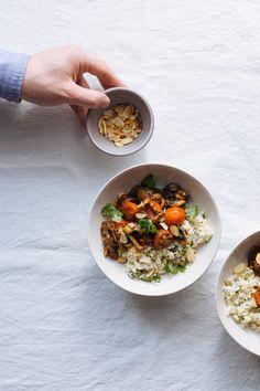 """Salteado de cogumelos e tomate cherry com """"arroz"""" de couve-flor e amêndoa"""
