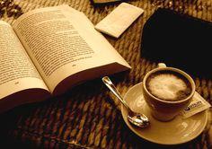 Eine Tasse Kaffee und ein gutes Buch.