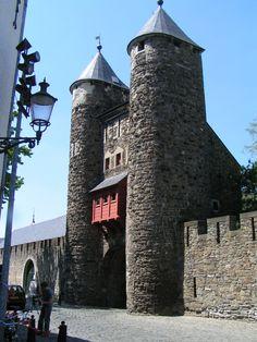 Helpoort, (1229)oudste nog bestaande stadspoort van Nederland