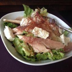 Der perfekte Bürolunch: Salat mit geräucherter Forelle und Feta