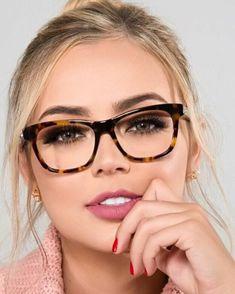 854d5e549a38de couleur chatain clair avec des mèches et des racines en noir, femme aux  lunettes en