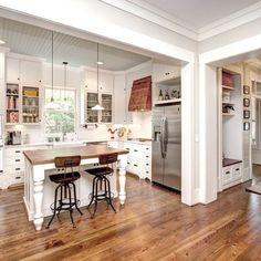 Update the look of your honey oak cabinets or oak trim with these beautiful wall paint colors. These modern paint colors will make you love your kitchen, bedroom, living room and office again. Modern Paint Colors, Yellow Paint Colors, Best Paint Colors, Kitchen Paint Colors, Wall Paint Colors, Interior Paint Colors, Interior Design, Honey Oak Cabinets, Oak Kitchen Cabinets