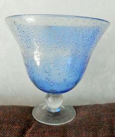 Grande coupe en verre soufflé à la bouche dans le style BIOT mais je ne trouve pas de signature le haut est bleu, avec des bulles prisent dans le verre le pied est clair, sans bulles hauteur 20 cm diamètre 21 cm poids 1,027 kg