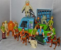Scooby Doo Ghost Patrol Mystery Machine Play Set with 18 Action Figures