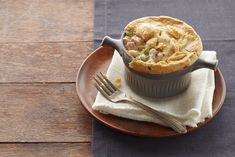 Chopped ham, broccoli and cauliflower nestled in a cheesy cream sauce, topped with a golden pastry crust - sounds good, right? You could be digging into one of our Ham & Cheese Pot Pies in no time! Kraft Recipes, Ham Recipes, Sausage Recipes, Cookie Recipes, Leaf Cookies, Dump Meals, Pork Dishes, Ham And Cheese, What To Cook