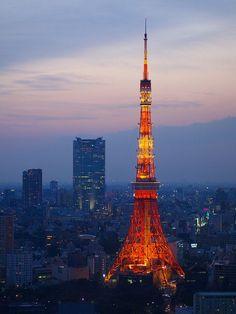Tokyo Kulesi, Japonya'nın Tokyo şehrindeki Minato-ku bölgesinde Shiba parkındadır. 333 metre yüksekliği ile Japonya'daki en yüksek ikinci yapıdır. Kule 1958 yılında yapılmıştır ve toplamda yaklaşık 8.4 milyon dolara mal olmuştur. Kulenin toplam ağırlığı 4.000 tondur. Kule uluslar arası havacılık kurallarına uygun olsun diye beyaz ve turuncu renge boyanmıştır. 1950'liler de ...