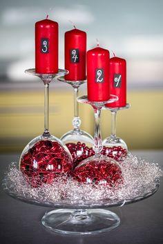 Zítra by se měla rozsvěcovat první adventní svíčka a vy nemáte věnec? Nekupujte na poslední chvíli kýčovitý kousek v supermarketu. Raději vezměte čtyři svíčky, sundejte ze skříně krabici s vánočními ozdobami a my vám poradíme, jak z nich narychlo vyrobit adventní svícen. Christmas Centerpieces, Xmas Decorations, Christmas Holidays, Merry Christmas, Advent Wreath, Diy Gift Box, Christmas Crafts, Candles, Holiday Decor