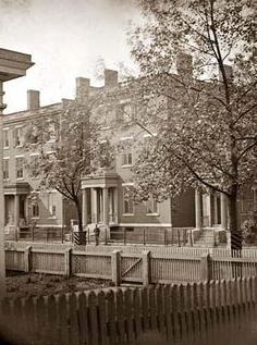 Home of Robert E. Lee at 707 East Franklin St., Richmond, where Lee returned after surrendering. Never owned by Lee. The house still stands now surrounded by modern buildings and a parking lot. So sad. American Civil War, American History, Old Pictures, Old Photos, Southern Heritage, Southern Style, Us History, History Facts, Black History