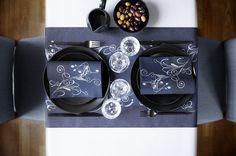Stylisch und modern mit der neuen Tischdekorations Trendfarbe Schwarz. Weiße Rankenmuster werten dieses schöne Design auf.  #Ranken #Floral #black #edel #schlicht #Design #modern #Feiern #Alltag #Tischdekoration #Duni #Hertie