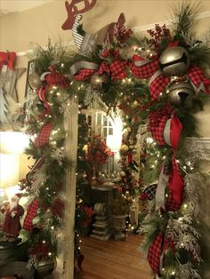 38 Preiswerte DIY Weihnachtsgirlande Dekorationsideen - Gifts and Costume Ideas for 2020 , Christmas Celebration Diy Christmas Decorations For Home, Diy Christmas Garland, Christmas Mantels, Christmas Porch, Noel Christmas, Christmas Design, Christmas Lights, Christmas Crafts, Outdoor Decorations