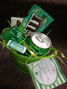 "St Patricks day green treats. Great idea for the kids teachers!!""I'm so lucky to have you in my life"" St Paddys Day, St Patricks Day, Saint Patricks, Teacher Appreciation Gifts, Teacher Gifts, Employee Appreciation, St. Patrick's Day Diy, Secret Pal Gifts, St Patrick Day Treats"
