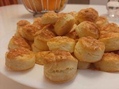 Ez egy ropogós, finom sajtos pogácsa recept. És még a kelesztésre se kell várni. Azonnal nyújthatjuk, süthetjük ezt a sütőporos sajtos pogácsát. Pretzel Bites, Bread, Vegetables, Food, Erika, Hungarian Recipes, Bakken, Vegetable Recipes, Eten
