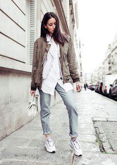 Street style look bomber jacket bege, camisa branca, calça jeans, tenis branco e bolsa branca.
