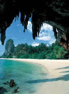 Phranang Beach, Krabi, Thailand - Tailandia, oficialmente Reino de Tailandia, es un país del sureste de Asia, limítrofe con Laos y Camboya al este, el golfo de Tailandia y Malasia al sur, y el mar de Andamán y Birmania al oeste. El país era conocido previamente como Siam.