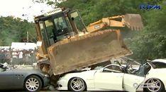 Полтора десятка дорогих авто раздавили бульдозером (видео)