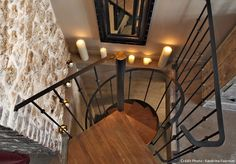 """Avec un escalier type """"bistrot"""" - modèle déposé Escaliers Décors® (www.ed-ei.fr) : Aménager les 9 m2 d'une cave en une chambre à coucher : une transformation simple et bluffante pour une nouvelle mélodie en sous-sol où l'on garde la tête dans les cieux."""