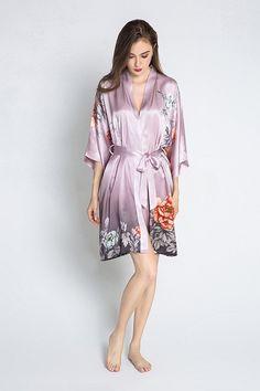 Inspired by traditional women's kimonos, these beautiful silk and charmeuse kimono robes update the floral kimono for the modern woman. Silk Kimono Robe, Kimono Dress, Floral Kimono, Floral Dresses, Cotton Dresses, Casual Dresses, Casual Outfits, Short Kimono, Dress Cuts