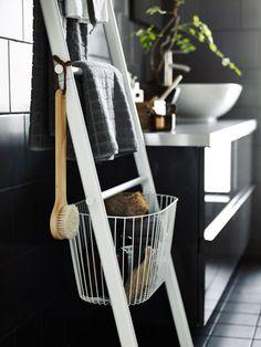 """In den Aufbewahrungskörben für den """"Sprutt""""-Handtuchhalter lassen sich allerlei Sachen verstauen."""