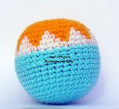 Pelota sonajero artesanal forrada a crochet en fibra acrílica