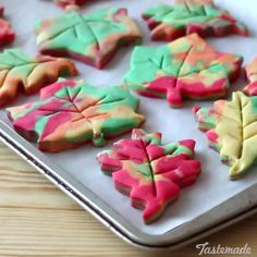 Autumn Leaf Shortbread We can & # t promise that you will not fall in love with these festive cookies. Autumn Leaf Shortbread We can & # t promise that you will not fall in love with these festive cookies. Köstliche Desserts, Holiday Desserts, Holiday Treats, Autumn Desserts, Desserts Caramel, Salted Caramel Cookies, Halloween Desserts, Thanksgiving Treats, Fall Treats
