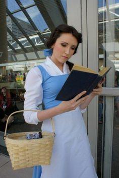 DIY Kostüm das Mädchen von die Schöne und das Beast liest Buch und trägt Korb